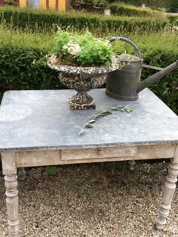 Charmante table de fleuriste en zinc